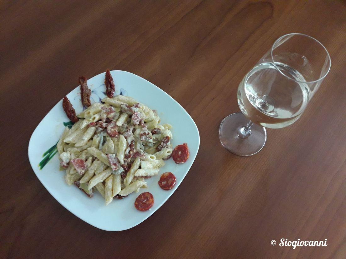 Gorgonzola,pomodorini secchi,salciccia piccante
