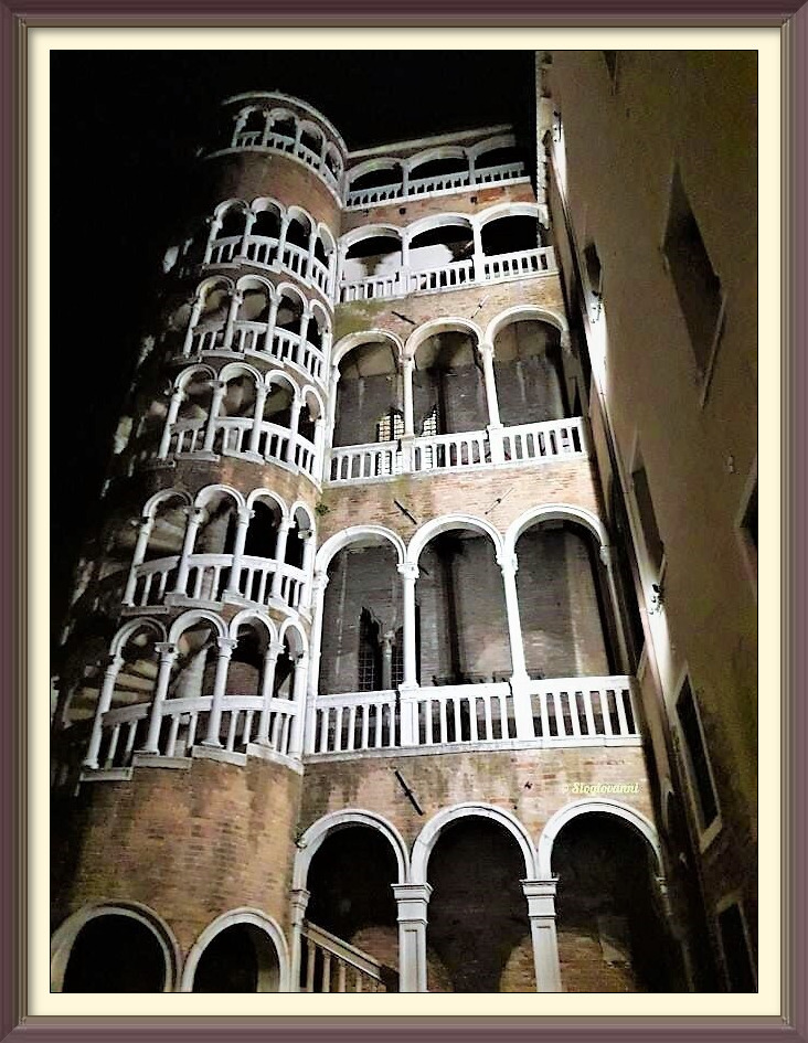 scala-contarini-del-bovolo-by-night